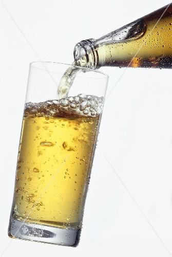 Gazirana pića su najpopularnija. Jedno od omiljenih je gazirani sok od jabuke - Apfelschorle | Preuzeto sa stockfood.de